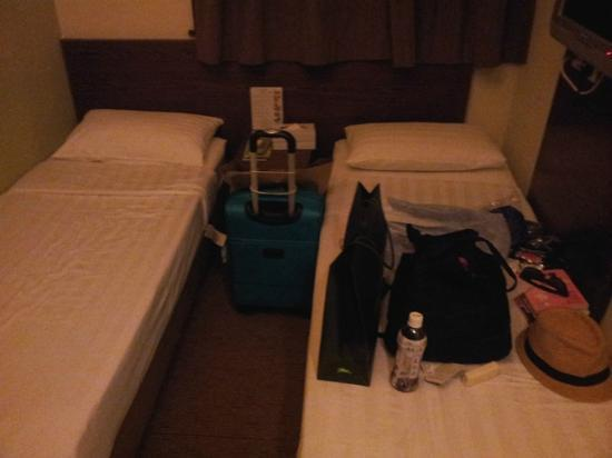 Casa Hotel Hong Kong: Size of the our room with very little room for suitcases and move around