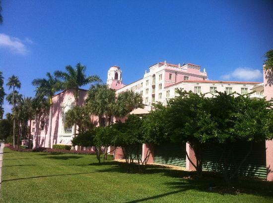 The Vinoy Renaissance St. Petersburg Resort & Golf Club: The Vinoy hotel - taken from the street our in front.