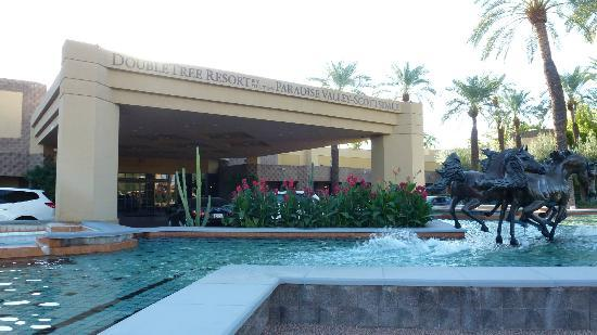 DoubleTree Resort by Hilton Paradise Valley - Scottsdale: Resort entrance.
