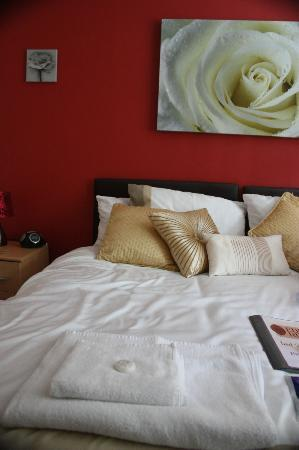 Eden's Rest Bed & Breakfast: Inviting decor and fresh bed linen