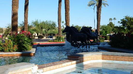‪‪DoubleTree Resort by Hilton Paradise Valley - Scottsdale‬: Horse statues outside entrance.‬
