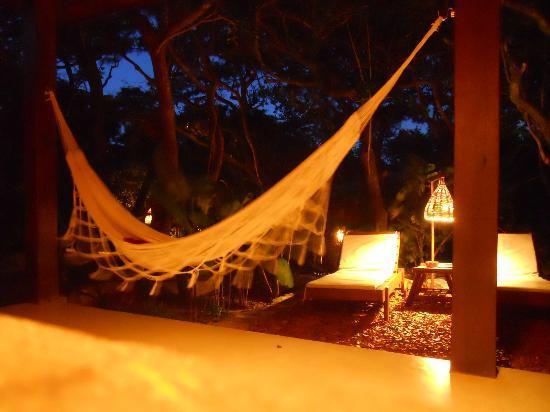 Pousada Terra dos Goitis: Varandah at night
