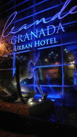 Riande Granada Urban Hotel: ESCULTURA FACHADA