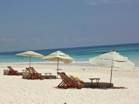 Nueva Vida de Ramiro: Zona de descanso en la playa frente al hotel