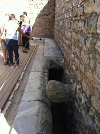 古代の公衆トイレ・・・整然と並んだ便座 - Picture of Public Latrine, Selcuk ...