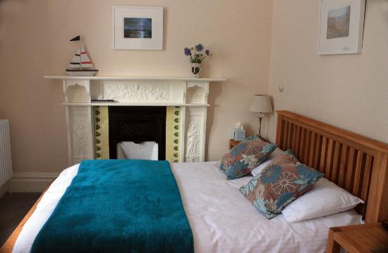 Treventon Guest House: Love the teal decor!