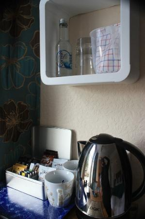 Treventon Guest House: Kettle and beverage packets available in room