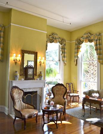 Forsyth Park Inn: Parlor where food/drinks were served