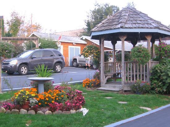 Homestead Inn: Center of parking area.