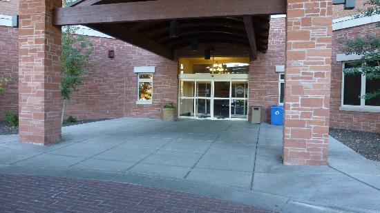 Drury Inn & Suites Flagstaff: Entrance to Hotel.