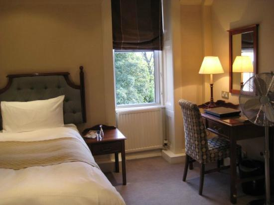 Best Western Plus Bruntsfield Hotel: second part of the room: A Single bed, a desk, a closet and a safe