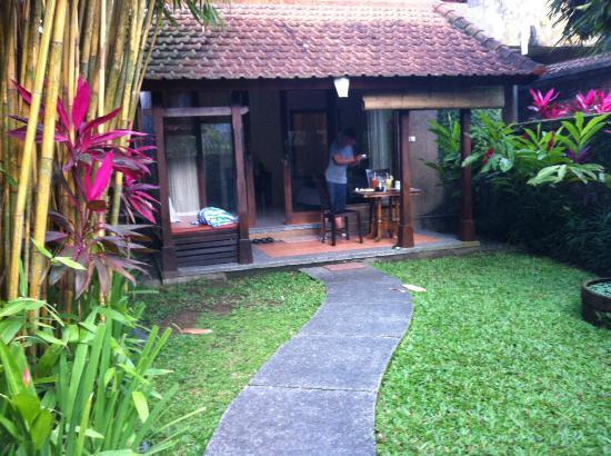Tunjung Mas Bungalows and Resort: Habitación con terraza