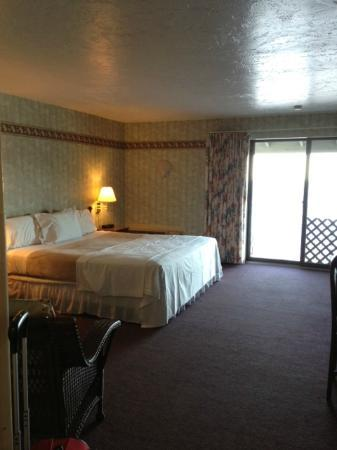 Pilgrim Sands on Long Beach: Room 207 oceanfront king with balcony