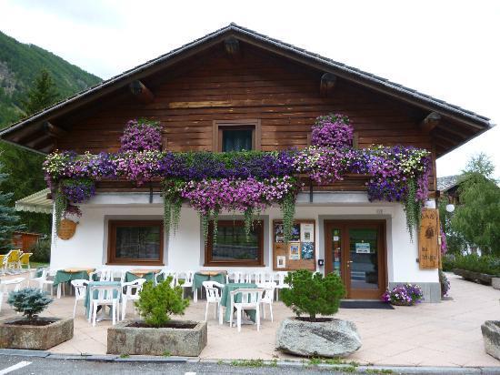 Lou Tchappe: ottimo ristorante per la sua posizione panoramica sia per le cascate il suo meraviglioso ghiacc