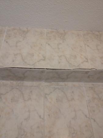 Hotel Gabarda: crumbling tiles