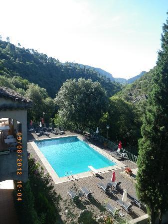 Hôtel Les 3 Barbus : La vue et la piscine
