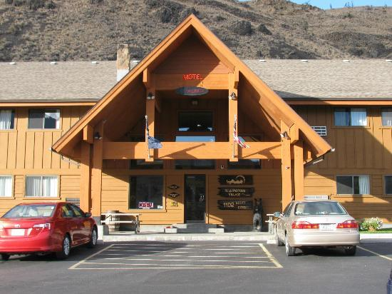 Yellowstone Village Inn: Front of the Inn