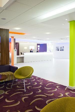 Holiday Inn Express Preston South: Lounge / Reception Area