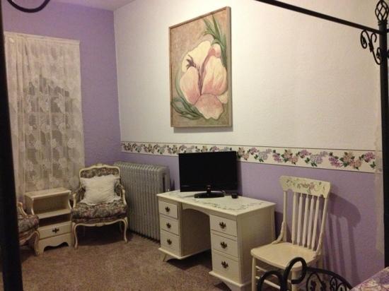 La Plaza Inn: TV sitting area in suite