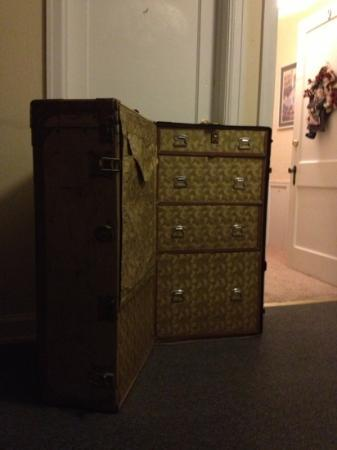 La Plaza Inn: Old trunk in hallway adds to the charm