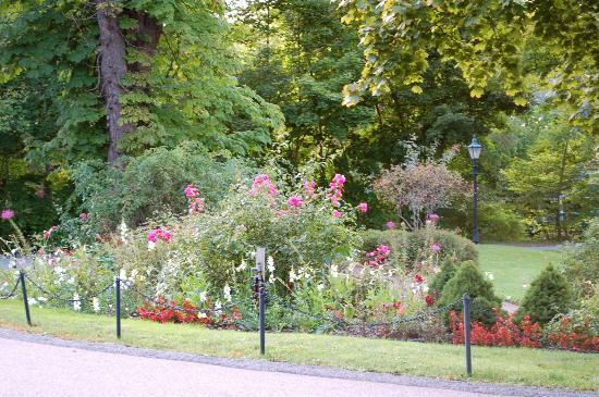 Blomidon Inn: Portion of gardens as you drive up