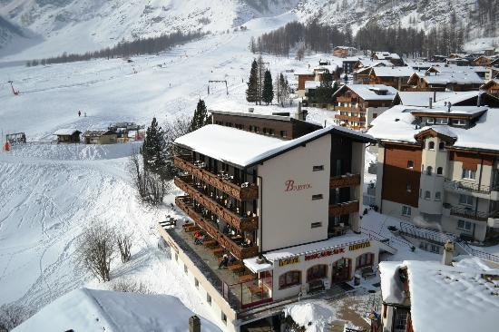 Hotel Bristol: it takes 1 minute to the Ski-Lifts and 2 minutes to the cable cars.