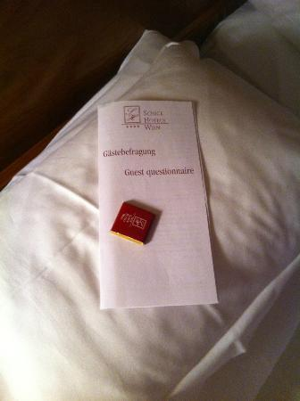 Hotel Stefanie: Chcolates on pillow