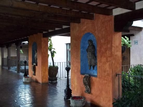 Casa Santo Domingo: Another view of the walkway by some of the rooms