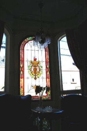 Waverley Inn: Front parlour window and chandelier