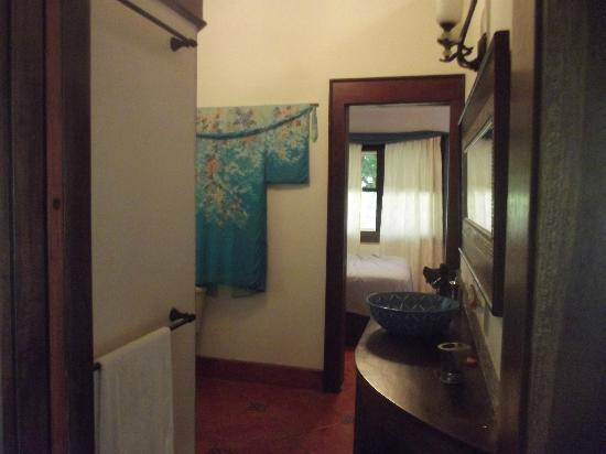 Silver Leaf Villa and Cabana: downstairs bathroom