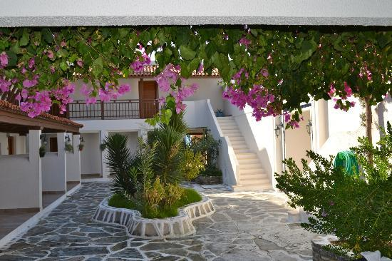 Hotel Manastir: Inner yard