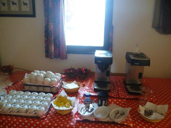Hotel L'Aigle : Getting ready for the Tea & Cakes time