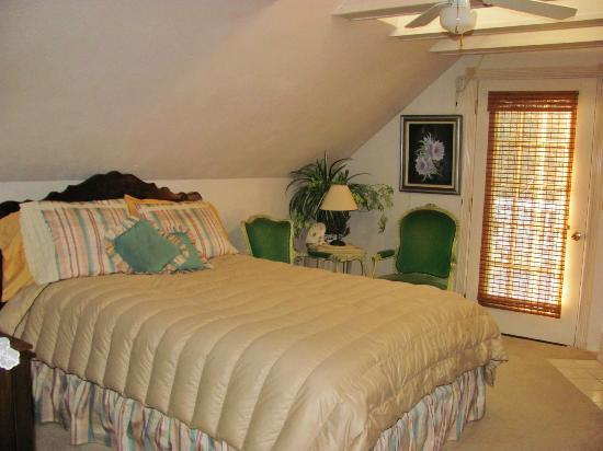 Elkhorn Valley Inn Bed and Breakfast : This room has private bath & fireplace; door to deck