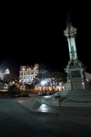 Hotel Plaza Grande: Monumento en la Plaza de la Independencia