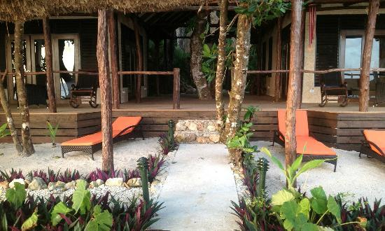 Savasi Island Villas: Daybeds and deck