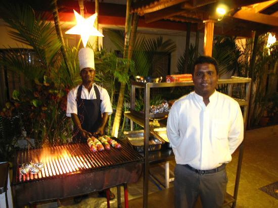 Casablanca: grill aften ved hotellets pool restaurante