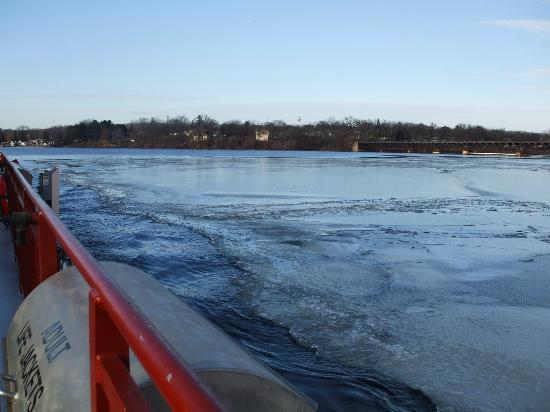 Merrimac Ferry: Ferry going through ice