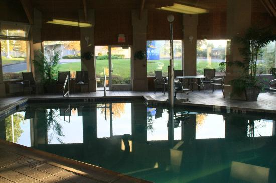Baymont Inn & Suites Redding: pool area