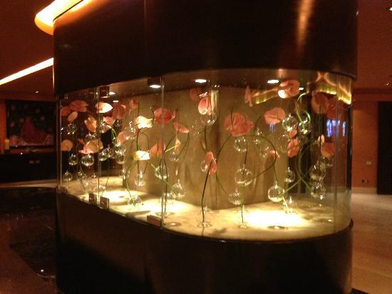 Sofitel Cairo El Gezirah: nice flower display..in lobby