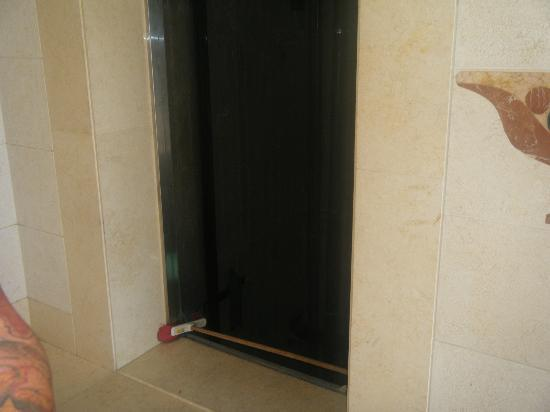 Reef Oasis Blue Bay Resort: Open lift shaft! Really consious of guest safety!!!!