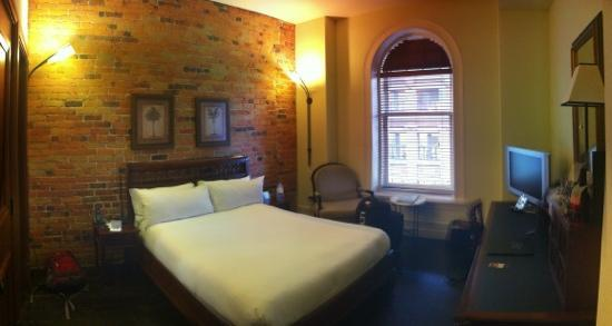 Le Place d'Armes Hotel & Suites: Small double room