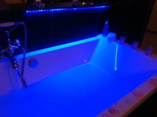 A Dream B&B: groot bad met blauwe ledverlichting