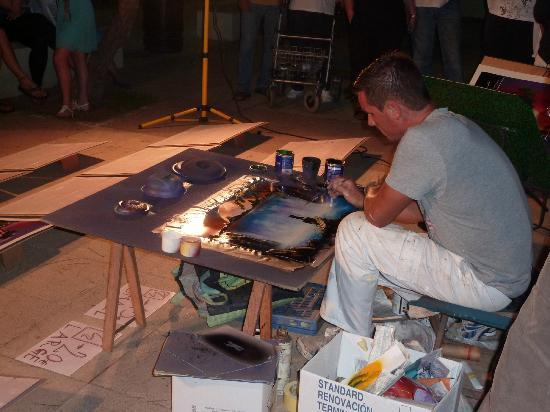 Hotel Som Fona: Spray paint artist on prom near Hotel