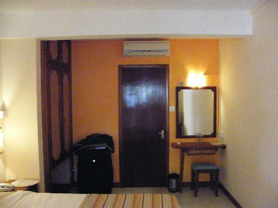 Le Grand Bleu Hotel: that's all the room - there is only approximately 50cm from the bed to the door-window!