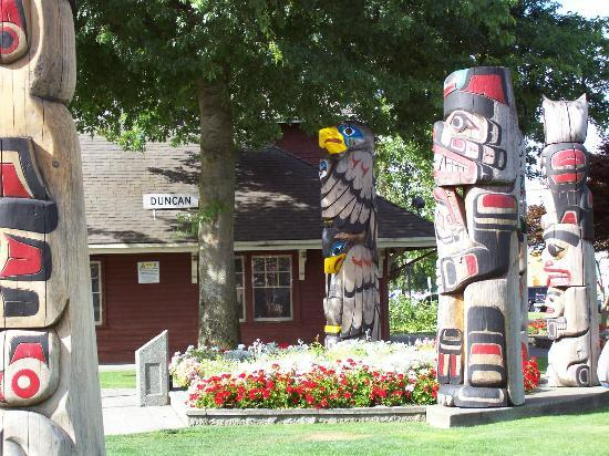 Duncan Totem Poles : Totems by train station