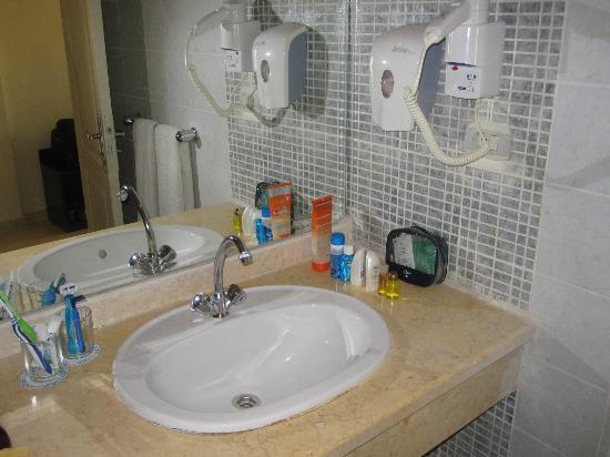 The Three Corners Sunny Beach Resort: Раковина в ванной