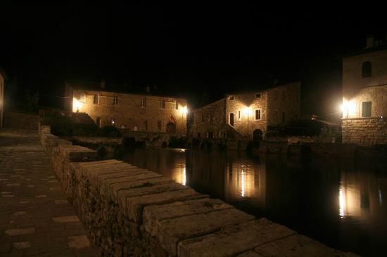 Il centro di sera photo de albergo posta marcucci bagno vignoni tripadvisor - Bagno vignoni hotel posta marcucci ...