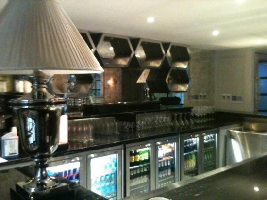 DoubleTree by Hilton London Greenwich: Hotel bar