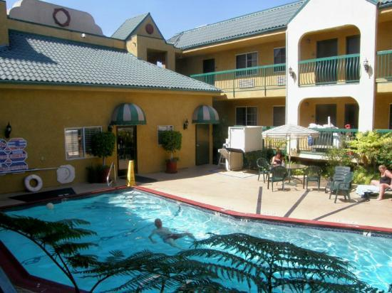 Quality Inn Near Hollywood Walk of Fame: Courtyard Poll 2