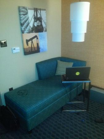 Holiday Inn Houston East-Channelview: Corner couch with table for laptop -- most comfortable in-room working area I have encountered